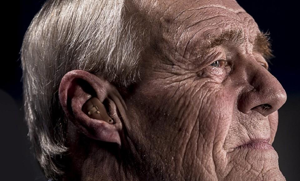 Deficiência auditiva pode aumentar casos de isolamento social nos idosos