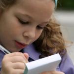Dificuldade ao articular sons pode interferir no aprendizado da criança