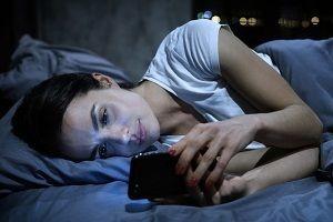 celular-luz-prejuizo-sono-otorrinos-curitiba